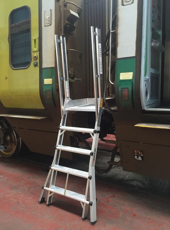 Telescopic platform for train wagons